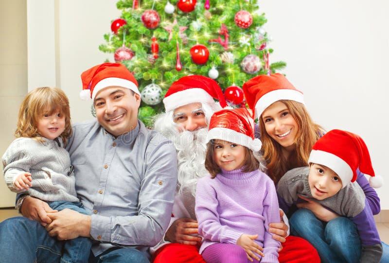 Große Familie nahe Weihnachtsbaum stockfotos