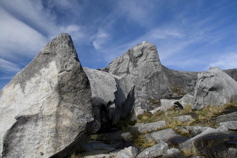 Große Felsen auf der Spitze der Montierung Kinabalu stockbilder