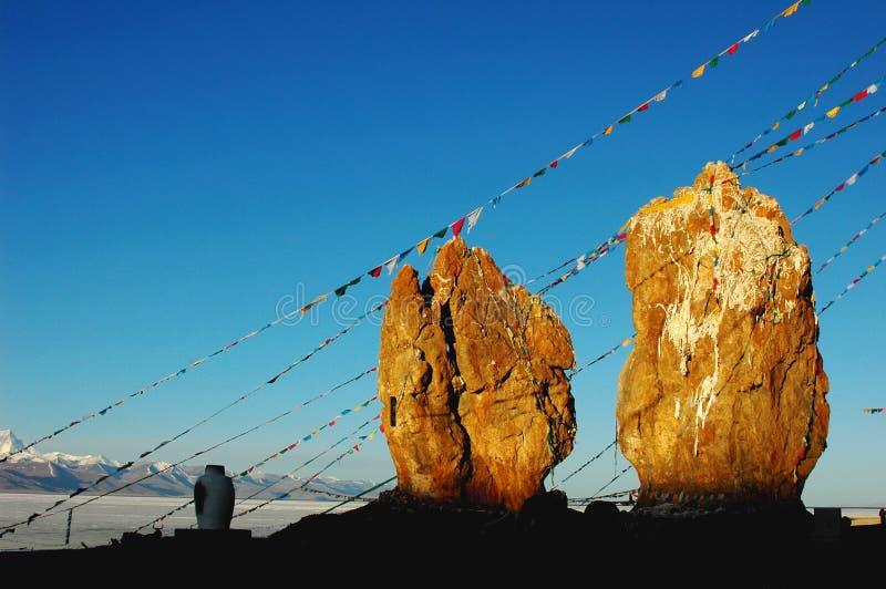 Große Felsen mit Gebetmarkierungsfahnen in Tibet stockfotos