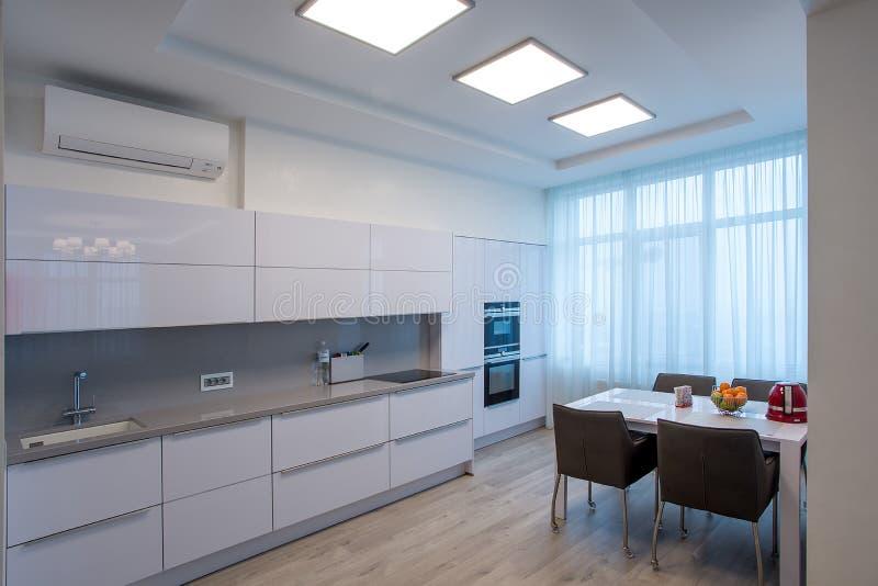 Große Fenster des weißen Küchentischs lizenzfreies stockbild