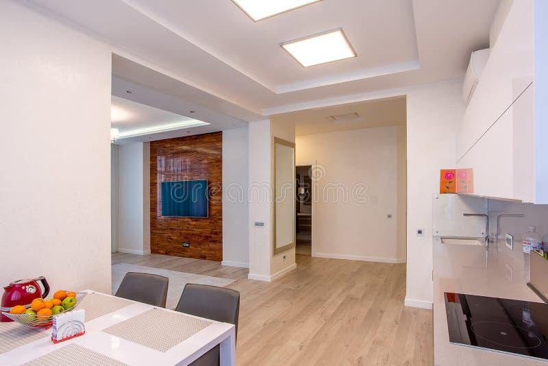 Große Fenster des weißen Küchentischs stockfoto