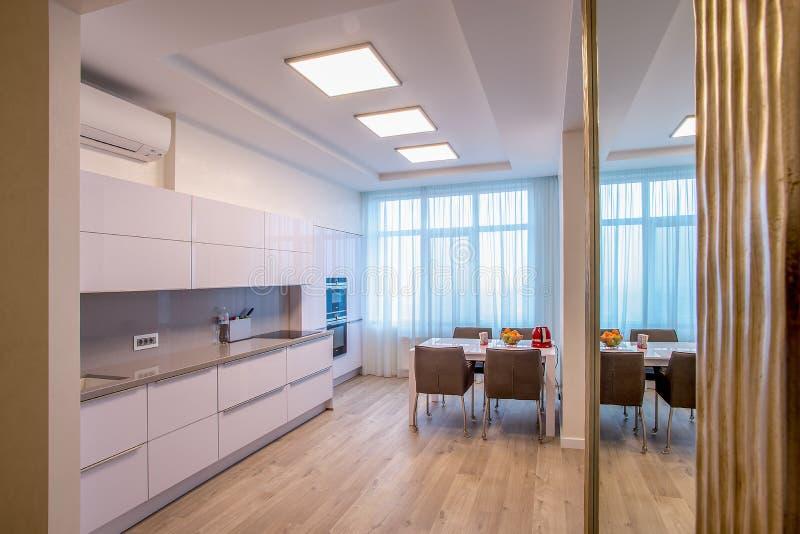 Große Fenster des weißen Küchentischs lizenzfreies stockfoto