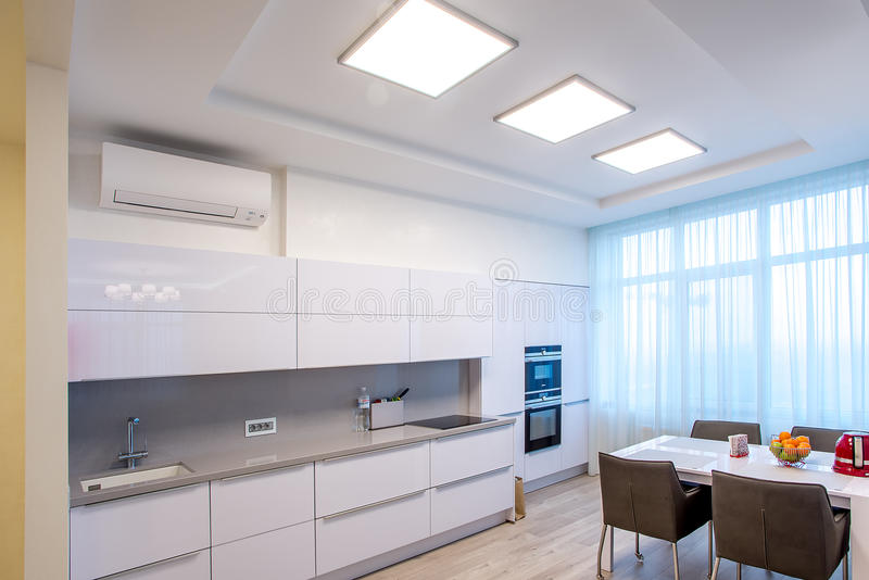 Große Fenster des weißen Küchentischs lizenzfreie stockfotos