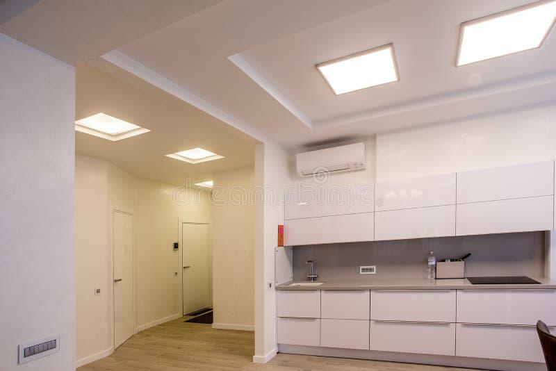 Große Fenster des weißen Küchentischs stockfotos