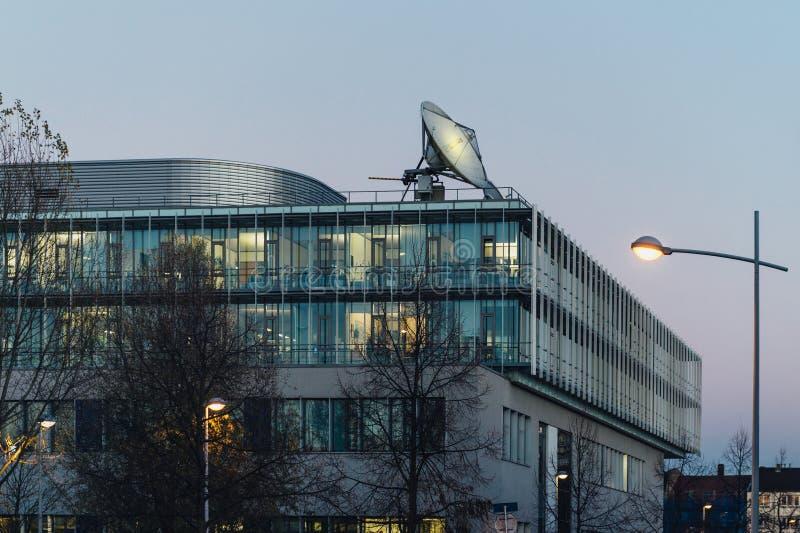 Große Fernmeldesatellitantenne auf dem Dach lizenzfreies stockfoto