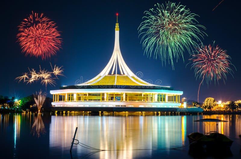 Große Feuerwerke über dem Monument am allgemeinen Park Suanluang Rama 9, Thailand stockbilder
