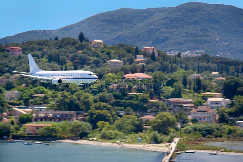Große Flugzeuglandung auf Korfu-Insel, Griechenland stockbild