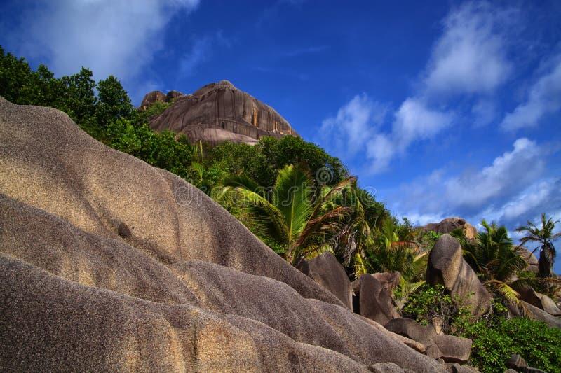 Große Fluss-Steine verwitterten unten mit einem terassenförmig angelegten Blick lizenzfreie stockbilder