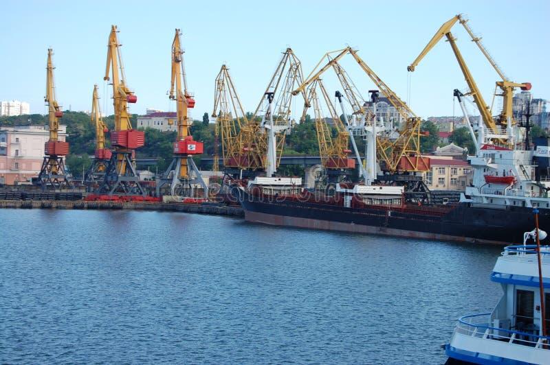 Große Frachtschiffe im Hafen mit Kränen stockbild