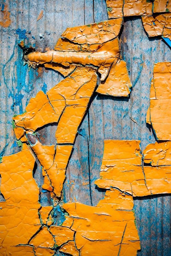 Große Fragmente der alten Schalenfarbe färben ockerhaltig, auf einer alten Holzoberfläche stockfotos