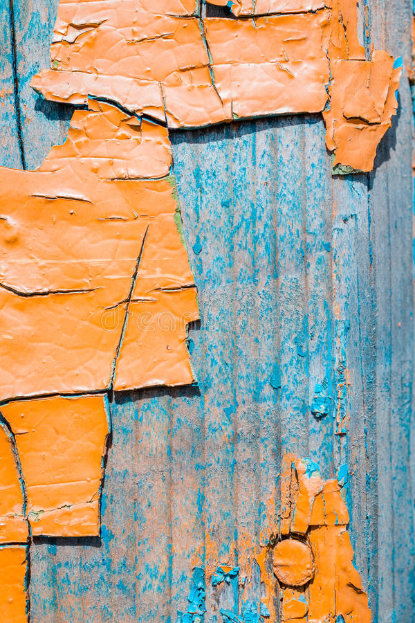 Große Fragmente der alten Schalenfarbe färben ockerhaltig, auf einer alten Holzoberfläche lizenzfreies stockbild