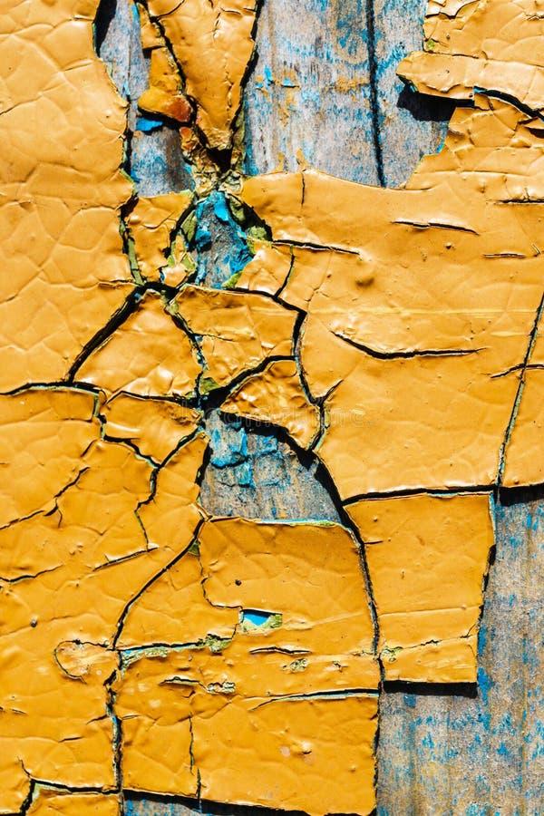 Große Fragmente der alten Schalenfarbe färben ockerhaltig, auf einer Holzoberfläche lizenzfreie stockfotografie