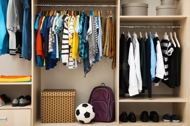Große Garderobe mit Jugendlichkleidung, Schuhe lizenzfreie stockfotografie