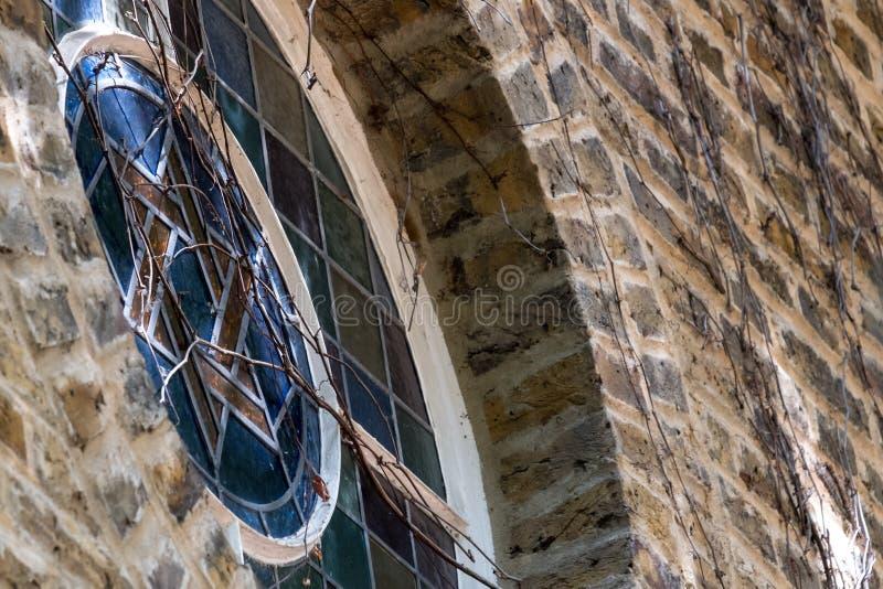 Große Garten-Straßen-Synagoge, Greatorex-Straße, Whitechapel, London Großbritannien Schließen Sie oben vom kleinen Buntglasfenste lizenzfreie stockfotografie