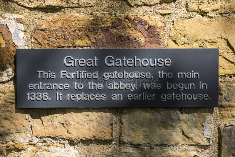 Große Gatehouse-Plakette an der Kampf-Abtei in Sussex stockbilder
