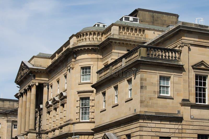 Große Gebäude in Schottland mit Kalksteinstruktur stockfotos