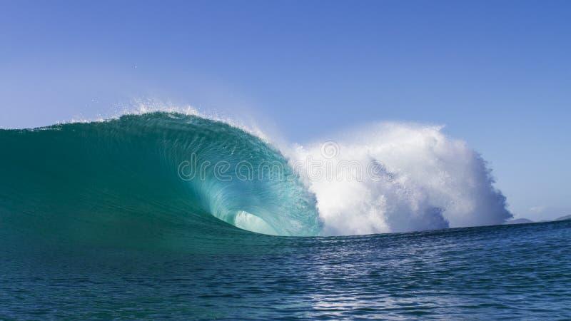 Große gefährliche Welle stockfotos