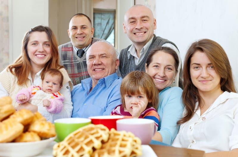 Große glückliche Familie mit drei Generationen stockfoto