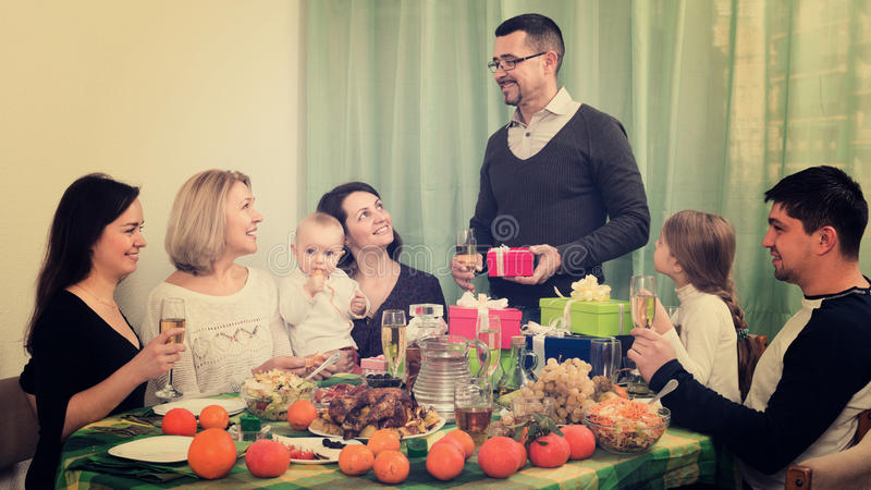 Große glückliche Familienhausfeier lizenzfreies stockbild