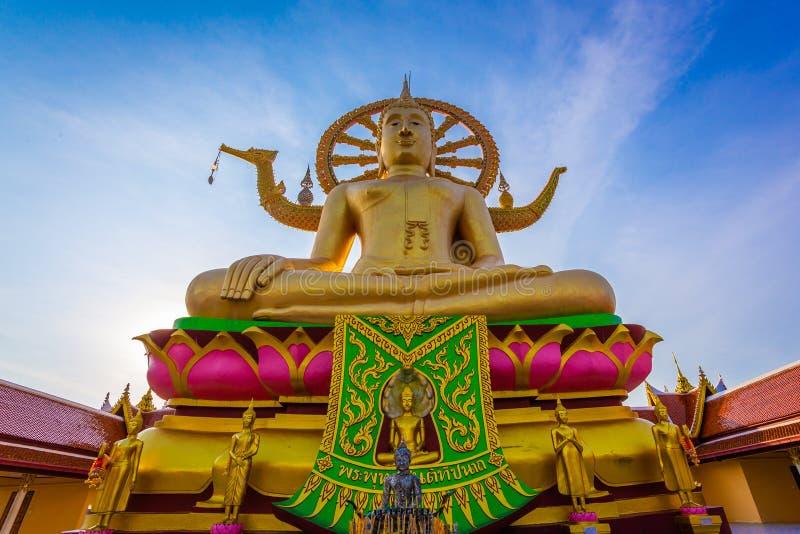 Große Gold-Buddha-Statue in einer Sitzposition unter dem blauen Himmel an großem Buddha-Tempel ist ein berühmter touristischer Be stockfotografie