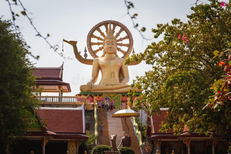 Große Gold-Buddha-Statue in einer Sitzposition unter der blauen SK stockbilder