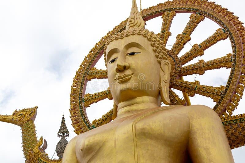 Große Gold-Buddha-Statue in einer Sitzposition unter der blauen SK stockfoto