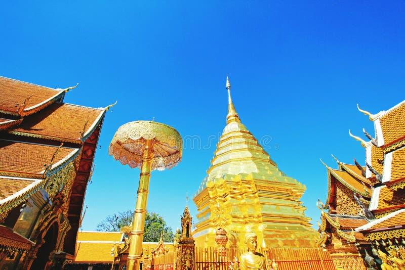 Große goldene Pagode, Regenschirm und Buddha-Statue mit klarem blauer Himmel backgound am wat Phra das Doi Suthep Chiangmai, Thai lizenzfreie stockfotografie