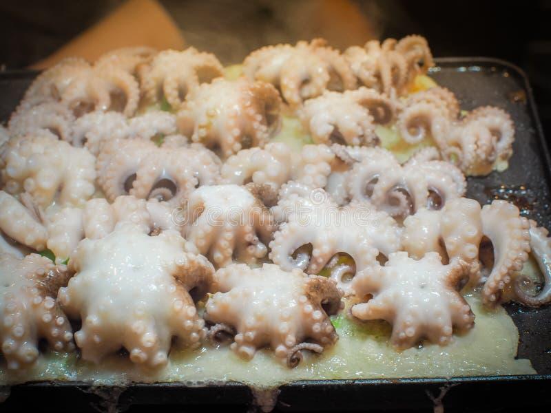 Große Größe der Krake auf takoyaki werden auf dem heißen Ofen gekocht stockbilder