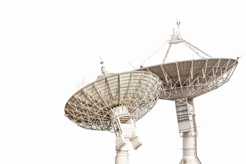 Große Größe des Satellitenschüsselantennen-Radars lokalisiert auf weißem backgrou stockfotos