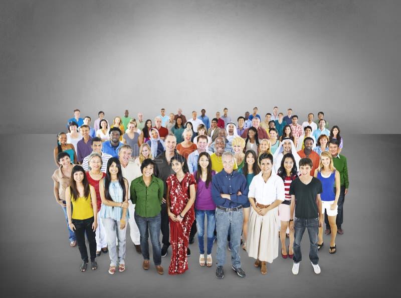 Große Gruppe des multiethnischen Leute Gemeinschaftskonzeptes stockbild