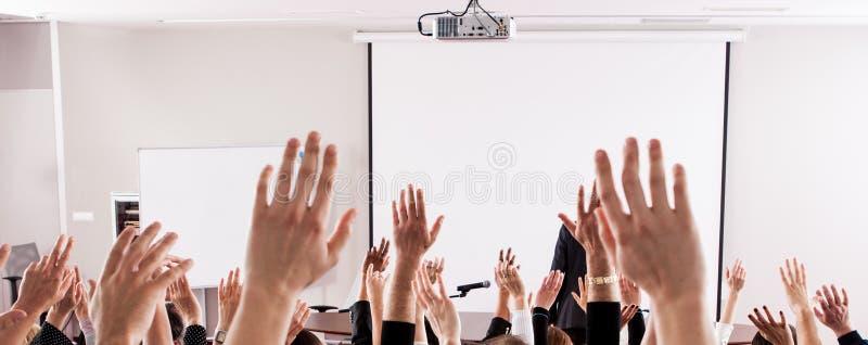 Große Gruppe des Seminarpublikums im Klassenzimmer lizenzfreie stockfotografie