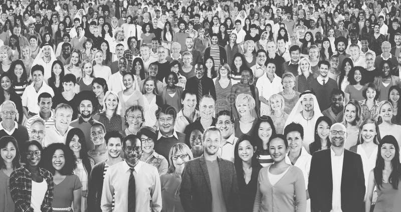 Große Gruppe des verschiedenen multiethnischen Konzeptes der frohen Naturen stockfotografie