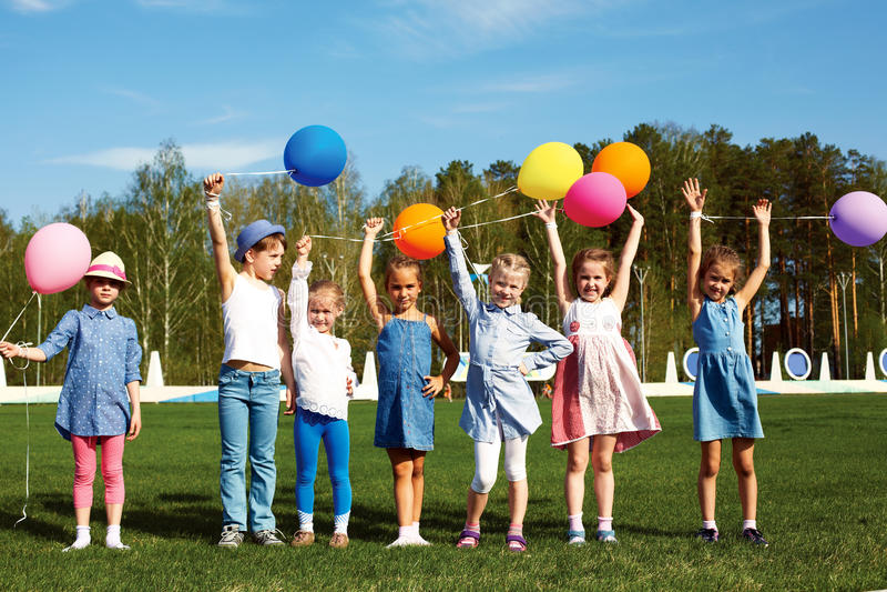 Große Gruppe glückliche Kinder mit Ballonen stockfotografie
