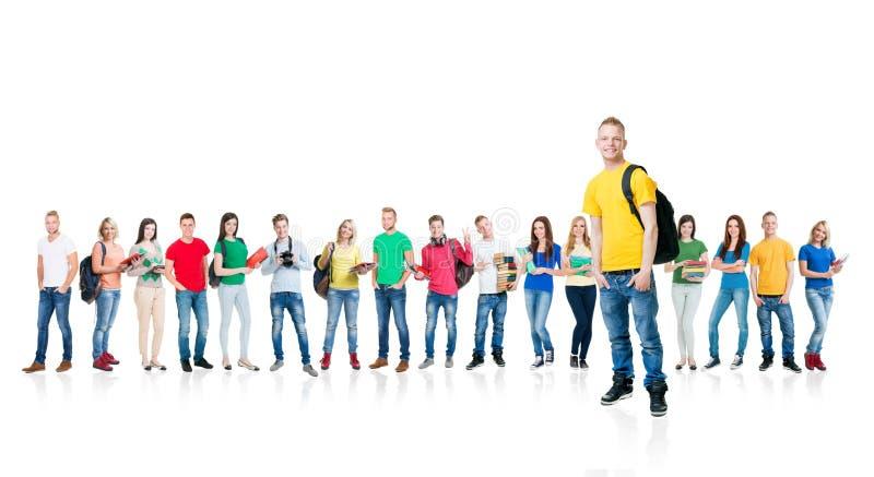Große Gruppe Jugendlichen lokalisiert auf weißem Hintergrund Viele verschiedenen Leute, die zusammen stehen Schule, Bildung lizenzfreies stockfoto