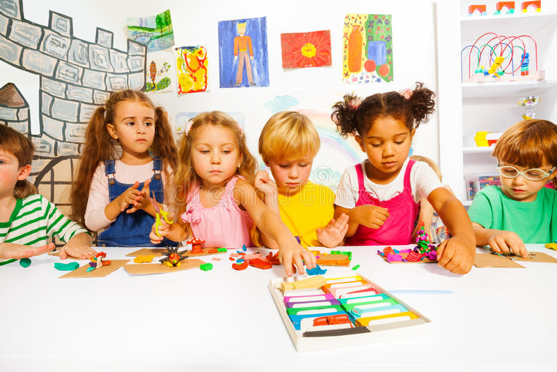 Große Gruppe Kinderspiel mit Modellierton stockfoto