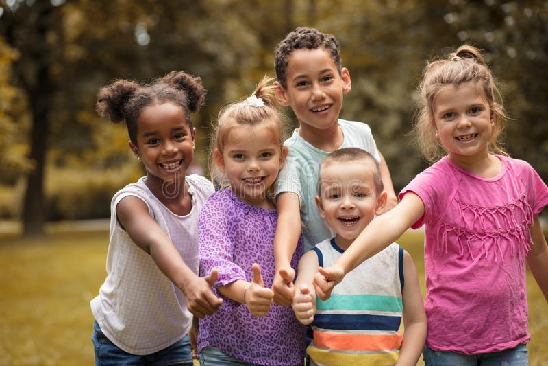 Große Gruppe multi ethnische Kinder zusammengehörigkeit lizenzfreies stockbild