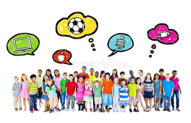 Große Gruppe multiethnische Kinderkindheits-Tätigkeiten stockfotos