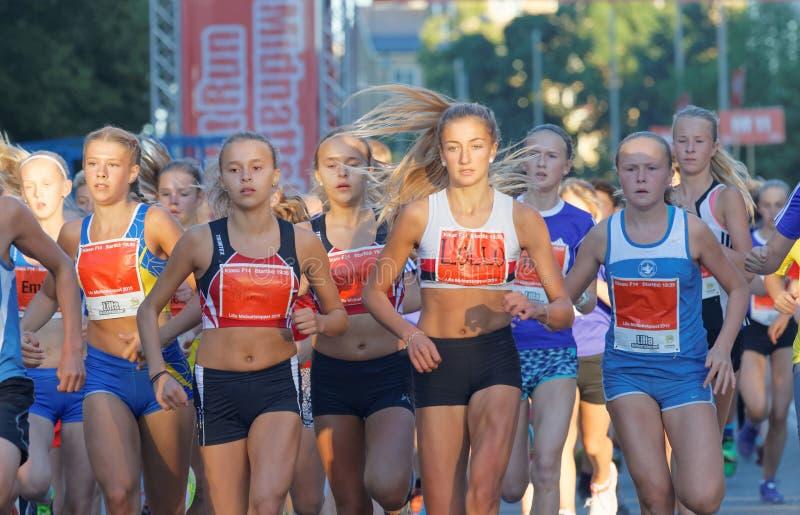 Große Gruppe von laufenden Mädchen und von Jungennahaufnahme lizenzfreie stockfotos