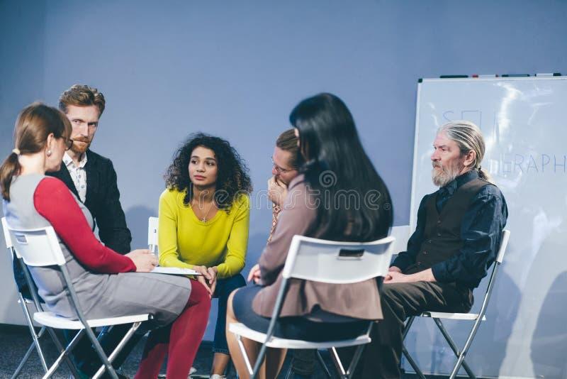 Große Gruppe von Personen, die ein Beratungsgespräch hat stockbilder