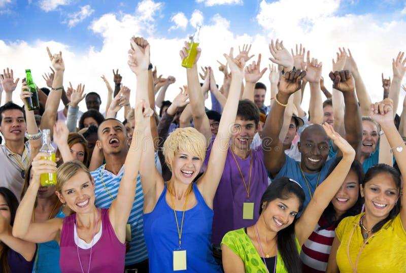 Große Gruppen-Leute-nettes feierndes Konzept stockfoto