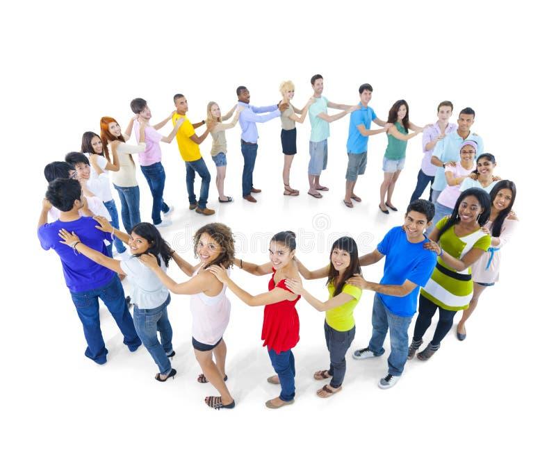 Große Gruppen-Leute-stehendes Verschiedenartigkeits-Konzept stockfotos