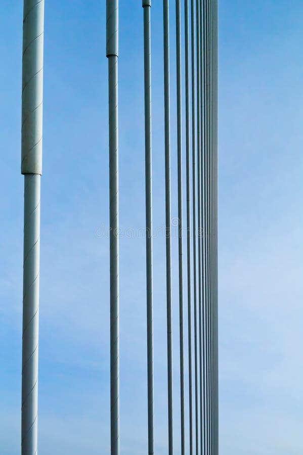 Große guyed Brücke hüllt Hintergrund ein lizenzfreies stockbild
