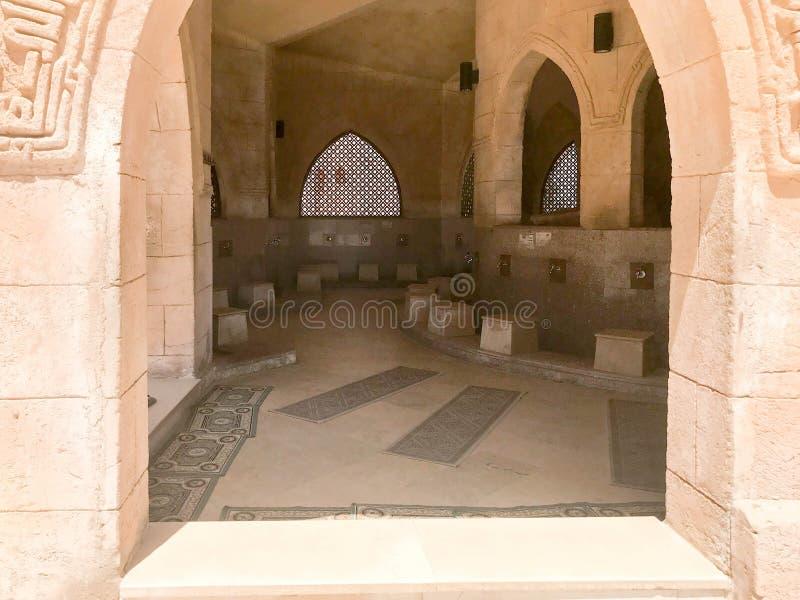 Große hölzerne Deckenbalken, Planken, Decken unter der Decke mit Bögen und Lampen, Laternen in der arabischen islamischen Moschee stockbild