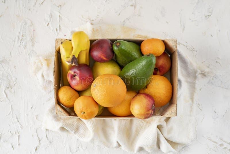 gro?e h?lzerne Kiste mit reifen frischen Fr?chten, Banane, Apfel, Orange, Mandarine, Avocado, vegeterian Nahrungsmittel stockfotografie