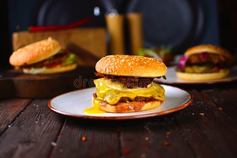Große Hamburgernahaufnahme stockbilder