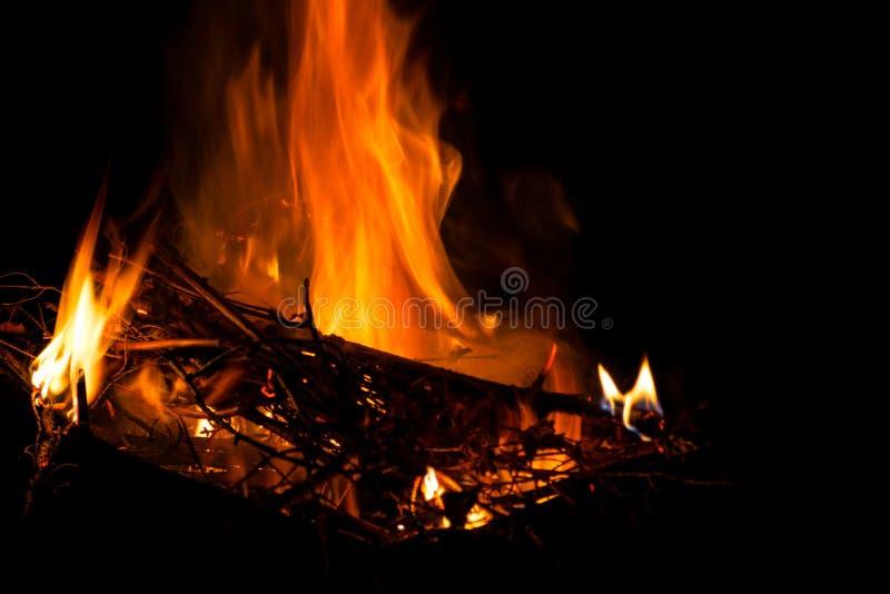 Große helle Flamme des Feuers Brennendes Brennholz im Feuer nachts, in der Beschaffenheit des Feuers und in der Flamme lizenzfreies stockbild
