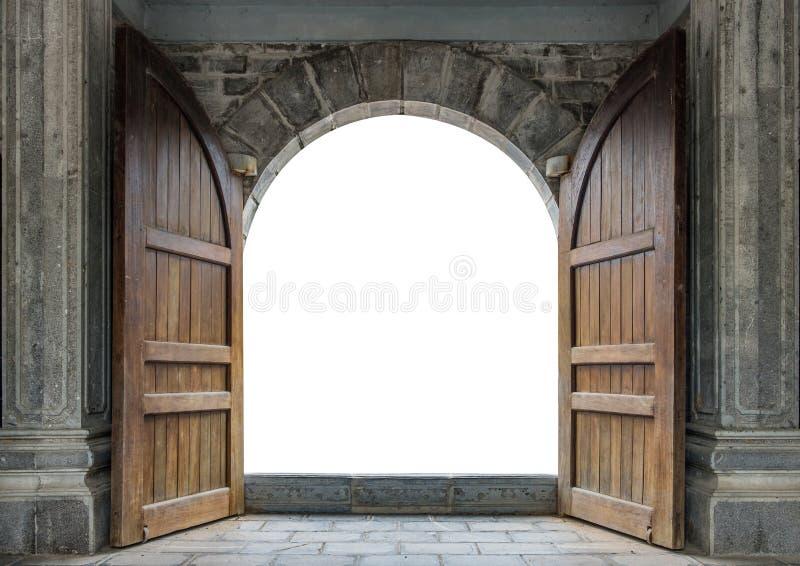 Große Holztür offen in der Schlosswand stockfotografie