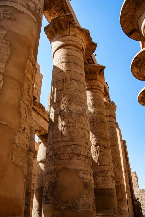 Große Hypostilhalle an den Tempeln von Karnak in Luxor stockfotografie
