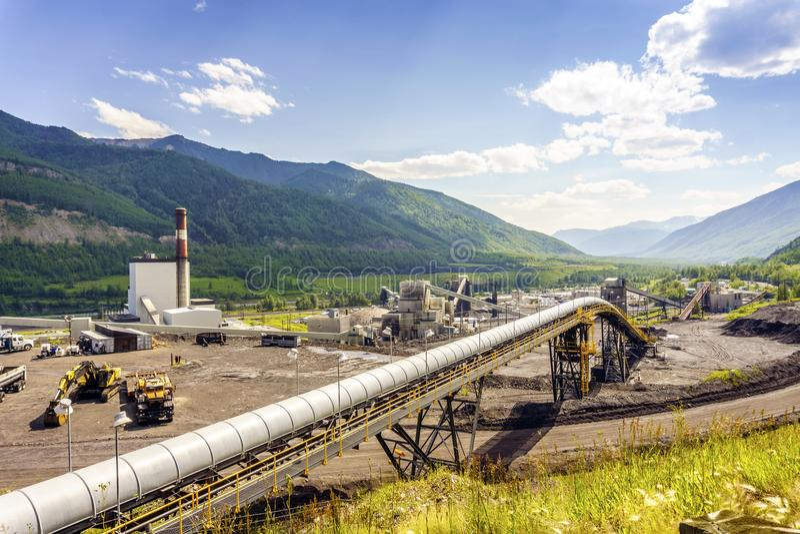 Große industrielle Infrastruktur unter Bergen in Kanada lizenzfreie stockbilder