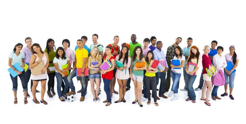Große internationale Studenten der Gruppe lächelndes Konzept lizenzfreies stockfoto